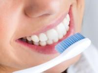 Szczoteczkowe jedzenie. Czy można myć zęby jedząc?