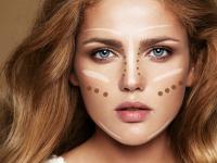 Makijażowe tricki optycznie wyszczuplające twarz – znasz je?