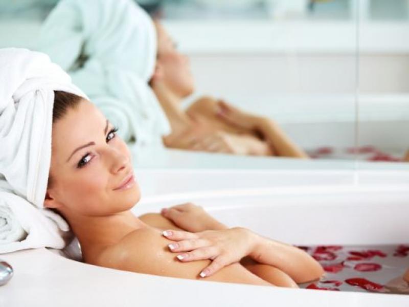 Relaks w wannie – przepisy na domowe kąpiele ziołowe (na uspokojenie, wzmocnienie lub odświeżenie)