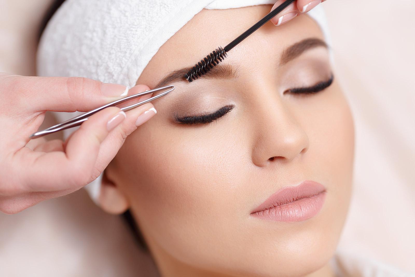Jak zrobić doskonałe brwi? Regulacja, makijaż, pielęgnacja