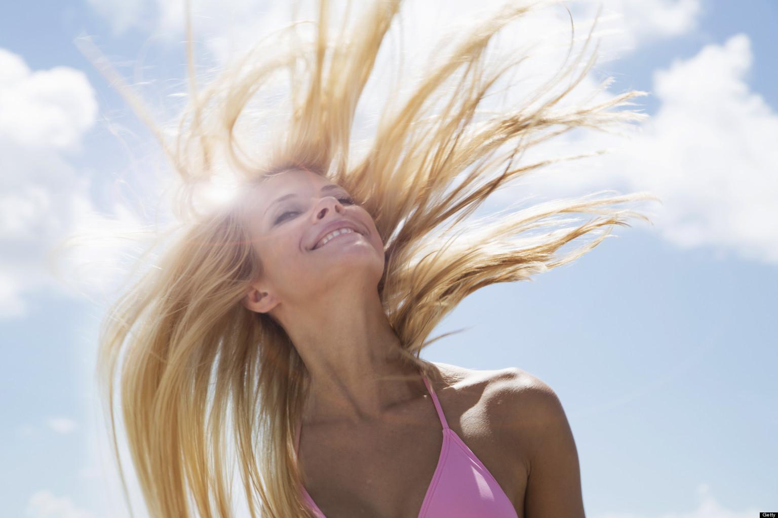 Ochrona i stylizacja włosów latem. Jak zrobić to poprawnie?