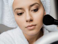 Jak odświeżyć tłustą skórę w ciągu dnia? Makijaż dla tłustej skóry krok po kroku